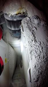 蓋部の開口及び熱変色が確認された廃棄物容器(2014年5月15日撮影)