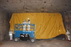 第7パネル第7処分室の封鎖のための金網・張出布の設置作業