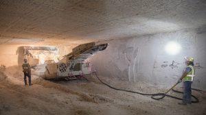 電動の連続掘削機による掘削